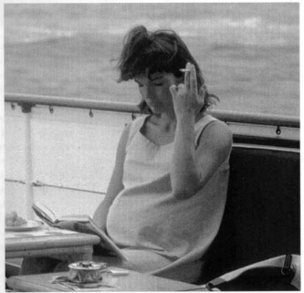 Jackie_Kennedy_smoking